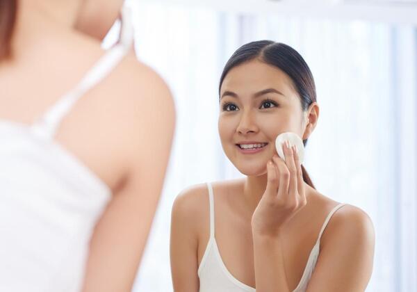 Dùng toner trong các bước chăm sóc da.