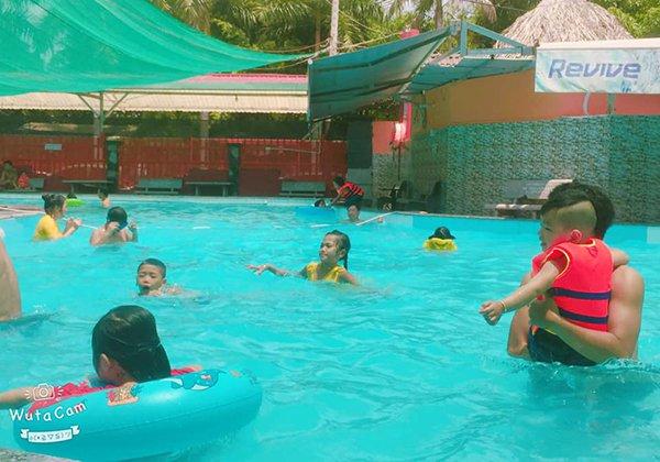 Hồ bơi Cúp Vàng bờ sông