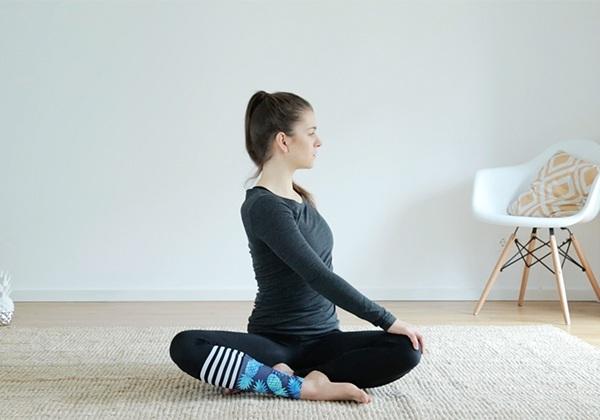Khởi động trước khi tập Yoga tại nhà