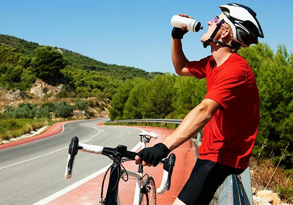 Mang theo nước khi đạp xe giảm cân