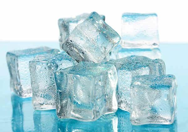 Massage ngực bằng đá lạnh
