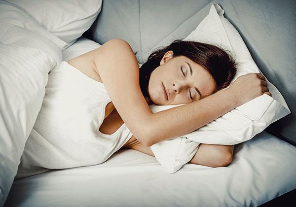 Ngủ đủ giấc giảm mỡ bụng