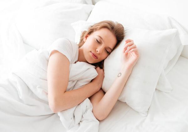 Ngủ sớm để có làn da khỏe mạnh.