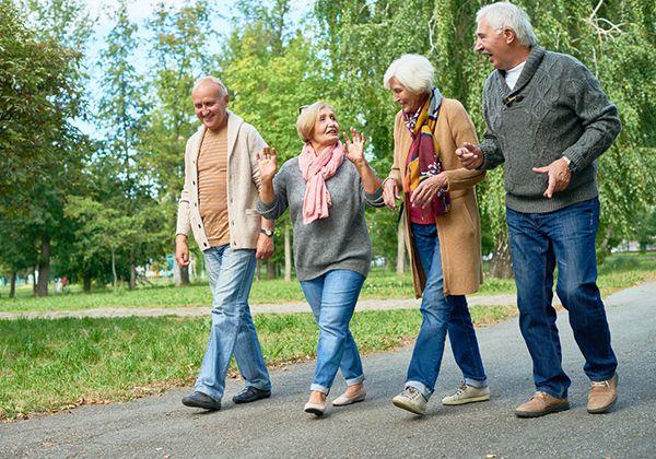 Người già đi bộ nhiều có tốt không? Lợi ích của tập đi bộ là gì?