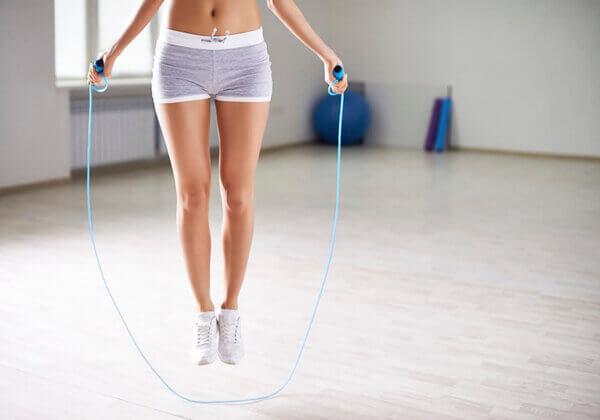 Nhảy dây là bài tập giảm cân toàn thân đơn giản, được nhiều chị em yêu thích tập luyện.