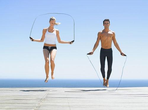 Chạy bộ và nhảy dây cái nào tốt? Nên tập môn nào giảm cân?