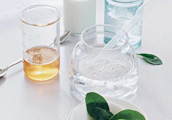 Nước hoa hồng cũng có thể làm sữa rửa mặt.
