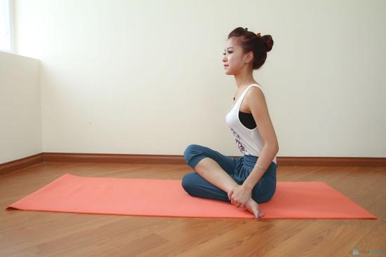 Tập Yoga với thảm tập Yoga Mat trong nhà