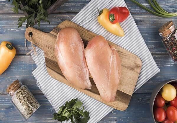 Thịt ức gà chứa một hàm lượng protein tương đối lớn.
