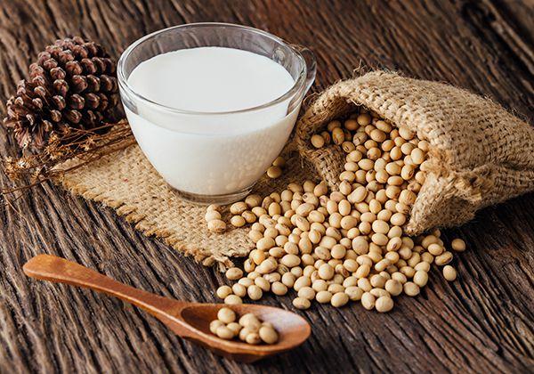 Uống sữa đậu nành có tác dụng gì? Cần phải lưu ý gì khi uống?