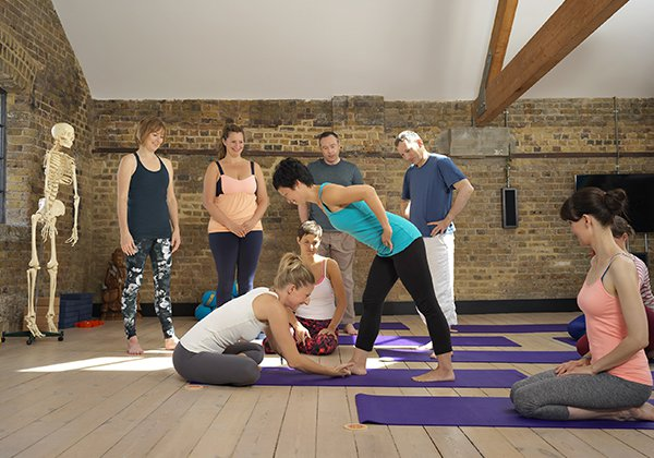 Tìm người hướng dẫn khi tập Yoga