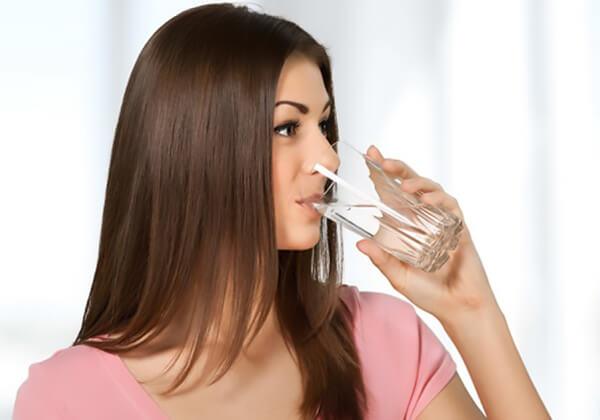 Uống nước đúng thời gian biểu giúp bạn có làn da trắng sáng, mịn màng