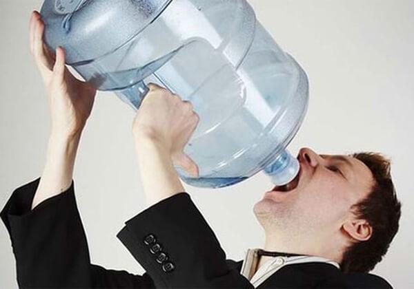 Uống quá nhiều nước vào ban đêm sẽ tác động xấu tới sức khỏe