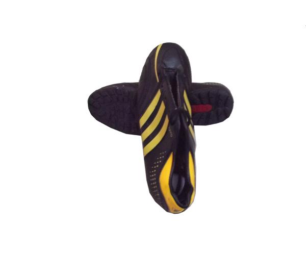 Giày đinh bóng đá Sài Gòn số 2 dùng đá trên sân cỏ nhân tạo